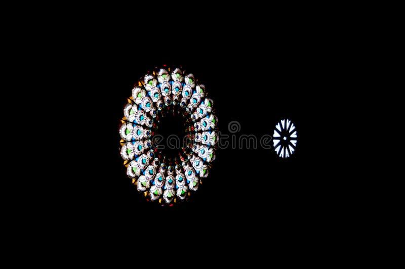 Bild von zwei Buntglasfenstern in einem Monument vektor abbildung