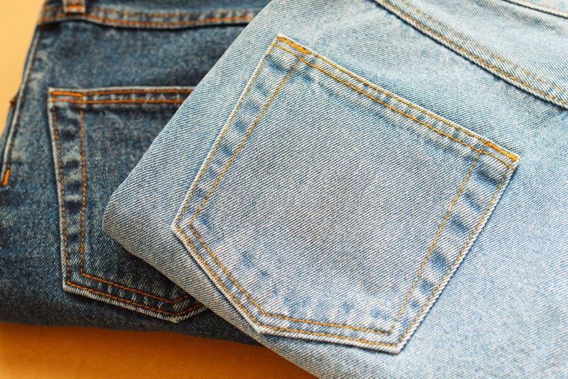 Bild von zwei Jeans auf hölzernem Hintergrund des Handwerks lizenzfreies stockfoto
