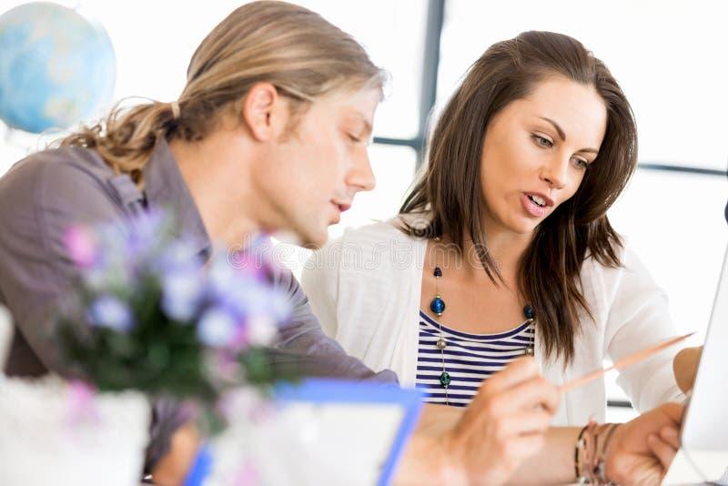 Bild von zwei jungen Geschäftsleuten im Büro lizenzfreie stockfotografie