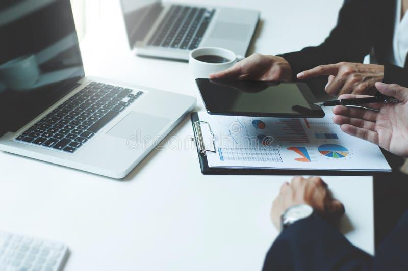 Bild von zwei jungen Unternehmensleitern, die Berührungsfläche bei der Sitzung verwenden lizenzfreies stockfoto