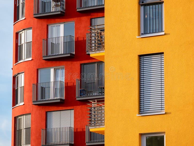 Bild von zwei rot und gelbe hohe Aufstiegsgebäude mit Fenstern und Balkone und Vorhänge stockbilder