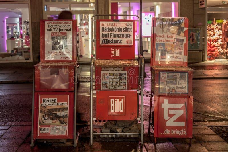Bild Zeitung tedesco del giornale da vendere nelle vie di Monaco di Baviera sui supporti, circondate dal giornale della TV e da Z immagini stock