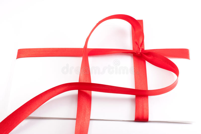 bilda det bundna röda bandet för hjärtabokstaven arkivfoto