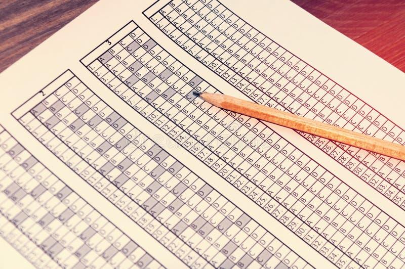 Bilda för examen med blyertspennan som ligger på den provning Selektivt fokusera toning arkivfoton