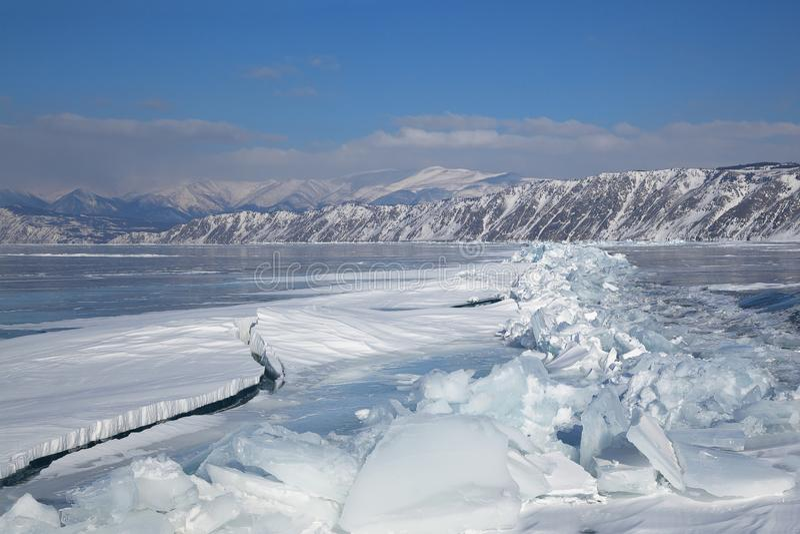 Bildande av den långa sprickan i isen av Lake Baikal royaltyfria bilder