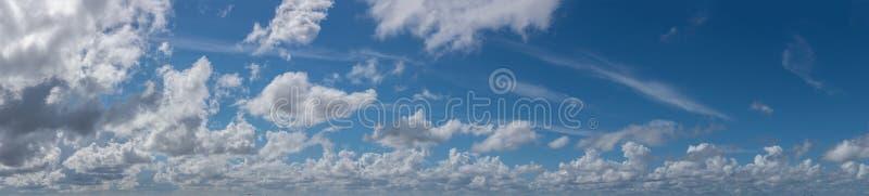 Bildande för cirrusmolnmoln i panoramautsikt för blå himmel royaltyfri fotografi