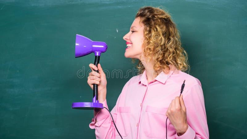 Bildande idé Tänd upp processen av att studera Deltagaren av den h?ga gruppen f?r de f?rsta kursungarna Lampa för lärarehålltabel arkivfoto