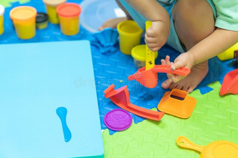 Bildande lekmodellleksaker för ungen som är idérik för litet barnconcep fotografering för bildbyråer