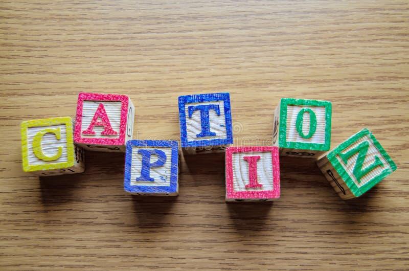 Bildande leksakkuber med bokstäver som organiseras för att visa ordet ÖVERSKRIFT - redigera metadata- och sökandemotoroptimisatio fotografering för bildbyråer