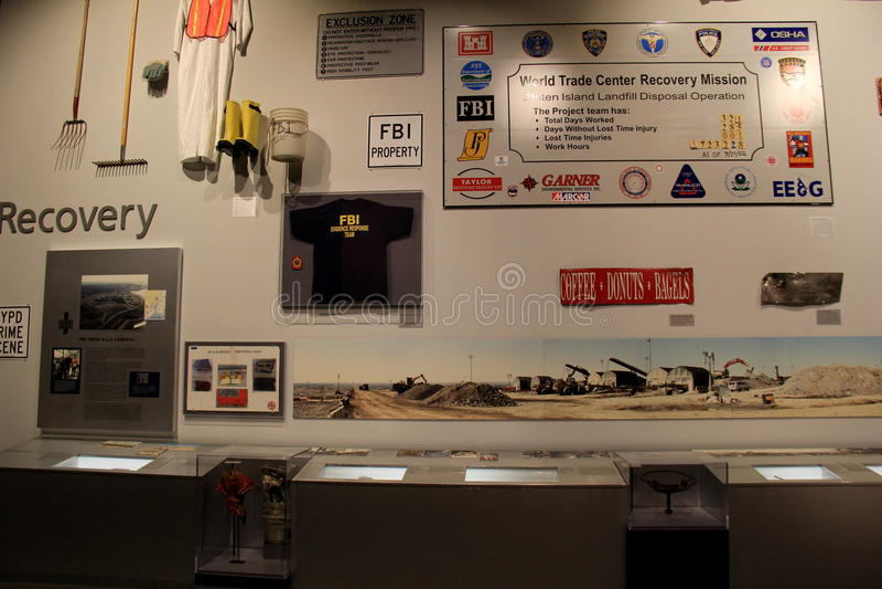 Bildande utställning av olika objekt som återställs efter September 11th, statligt museum, Albany, NY, 2016 fotografering för bildbyråer