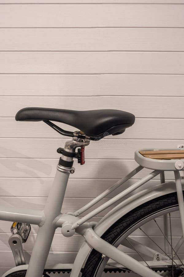 Bilddel av tappningcykeln med läder och träs arkivbild