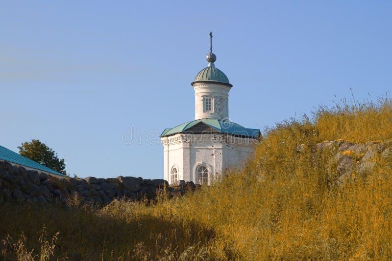 Bilden är kvar av fästningens defensiva matt mot bakgrund av Constantine och Helen chapel Solovki Ryssland royaltyfria foton