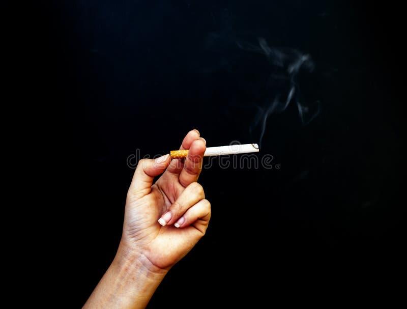 Bilden av cigaretten i handen, stoppet som r?ker begreppet, v?rld ingen tobakdag som r?ker g?r ont inte dig, bara som det g?r ont arkivfoto