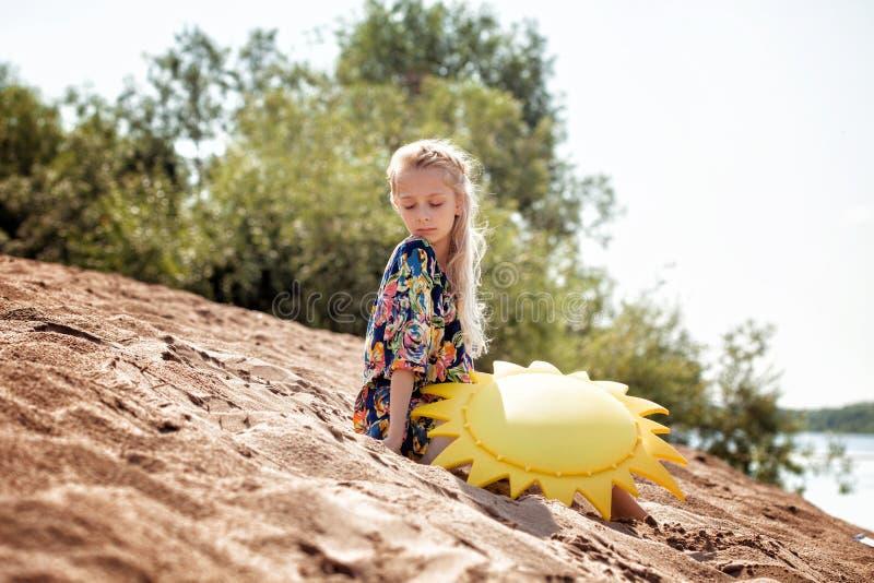 Bilden av den älskvärda flickan på semester parkerar in arkivfoto