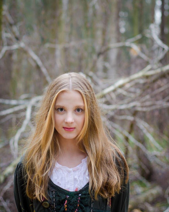 Bilden av den blonda flickan i en tappningfolk klär royaltyfria foton