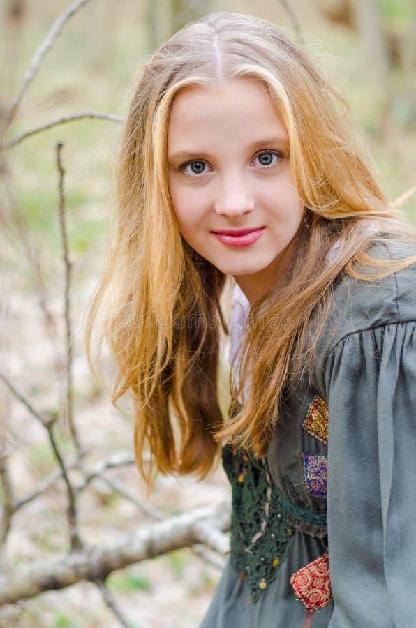 Bilden av den blonda flickan i etniska folk klär arkivfoto