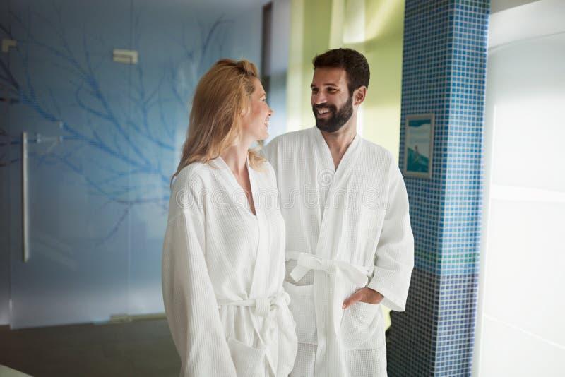 Bilden av den härliga kvinnan och den stiliga mannen i brunnsort centrerar royaltyfria bilder