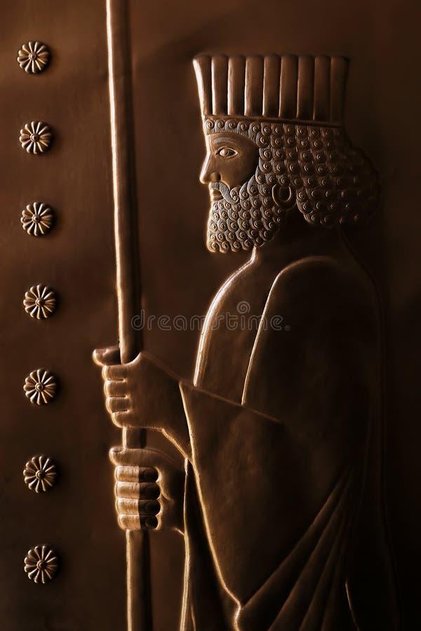 Bilden av den persiska konungen på den forntida metalldörren iran persia arkivbild