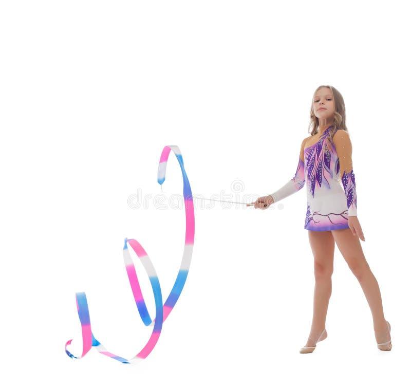 Bilden av den ursnygga gymnasten utför med bandet arkivfoto