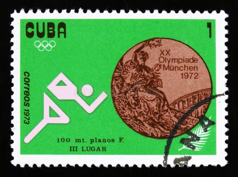 Bilden av en idrottsman nenlöpare, med inskriften sprintar 100 M från sommarOS:en för serie XX, Munich, 1972, circa 1973 arkivbild