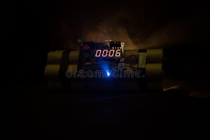 Bilden av en tid bombarderar mot mörk bakgrund Tidmätare som ner räknar till explosion som är upplyst i ett axelljus som skiner t royaltyfria foton