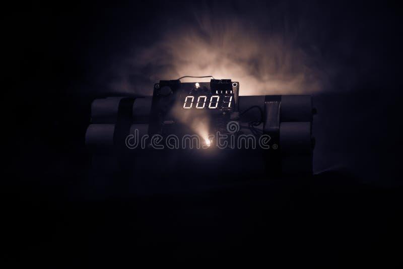 Bilden av en tid bombarderar mot mörk bakgrund Tidmätare som ner räknar till explosion som är upplyst i ett axelljus som skiner t fotografering för bildbyråer