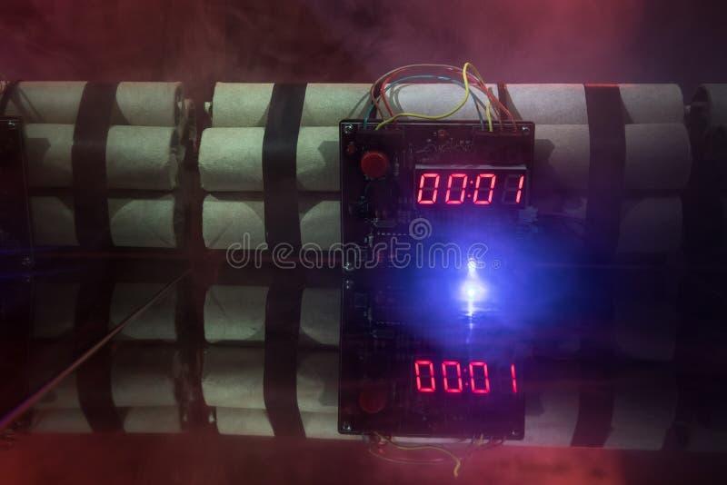 Bilden av en tid bombarderar mot mörk bakgrund Tidmätare som ner räknar till explosion som är upplyst i ett axelljus som skiner t arkivfoto