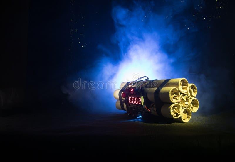 Bilden av en tid bombarderar mot mörk bakgrund Tidmätare som ner räknar till explosion som är upplyst i ett axelljus som skiner t arkivbilder