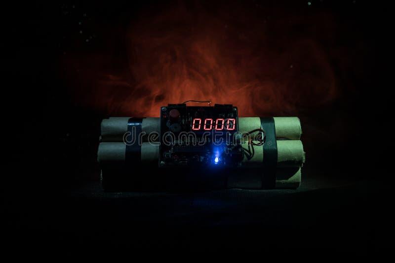 Bilden av en tid bombarderar mot mörk bakgrund Tidmätare som ner räknar till explosion som är upplyst i ett axelljus som skiner t arkivbild