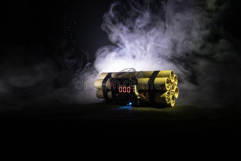 Bilden av en tid bombarderar mot mörk bakgrund Tidmätare som ner räknar till explosion som är upplyst i ett axelljus som skiner t royaltyfri fotografi