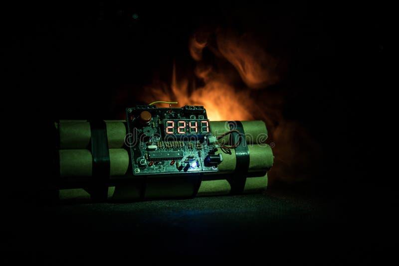 Bilden av en tid bombarderar mot mörk bakgrund Tidmätare som ner räknar till explosion som är upplyst i ett axelljus som skiner t royaltyfri bild