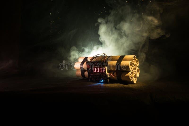 Bilden av en tid bombarderar mot mörk bakgrund Tidmätare som ner räknar till explosion som är upplyst i ett axelljus som skiner t royaltyfria bilder