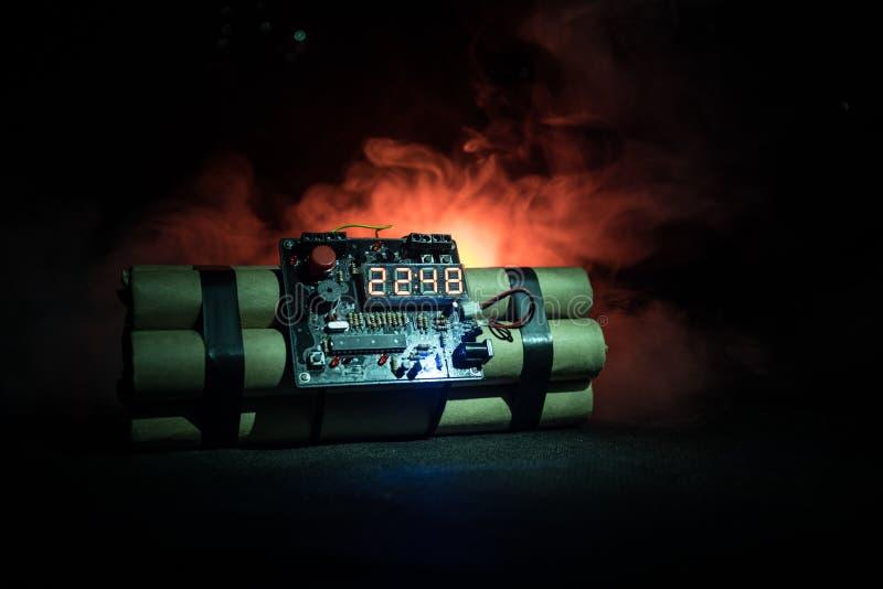 Bilden av en tid bombarderar mot mörk bakgrund Tidmätare som ner räknar till explosion som är upplyst i ett axelljus som skiner t arkivfoton