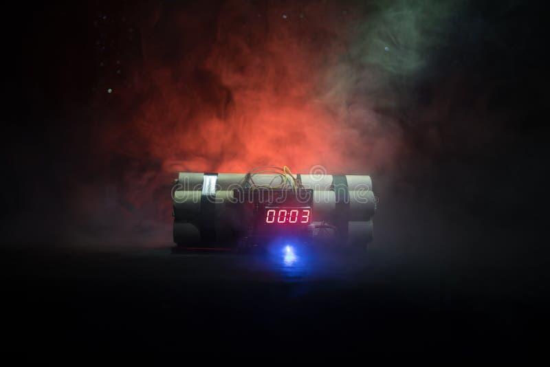 Bilden av en tid bombarderar mot mörk bakgrund Tidmätare som ner räknar till explosion som är upplyst i ett axelljus som skiner t royaltyfri foto