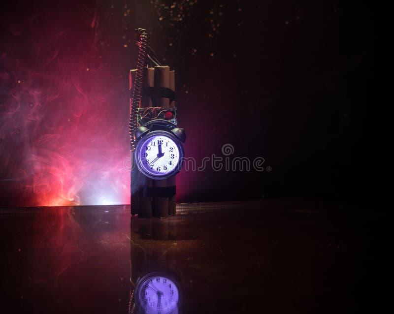 Bilden av en tid bombarderar mot mörk bakgrund Tidmätare som ner räknar till explosion exponerad i ett axelljus som skiner till o fotografering för bildbyråer