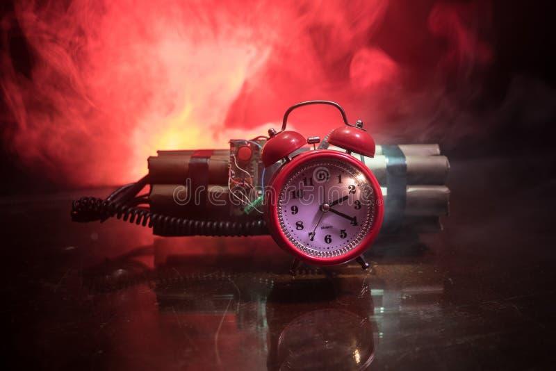 Bilden av en tid bombarderar mot mörk bakgrund Tidmätare som ner räknar till explosion exponerad i ett axelljus som skiner till o arkivfoto