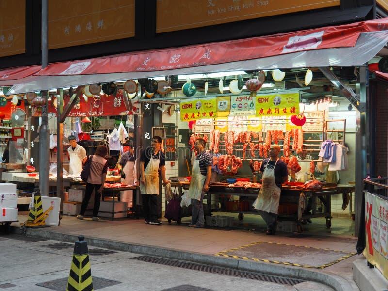 Bilden av ett griskött shoppar nära måttgatan arkivbilder