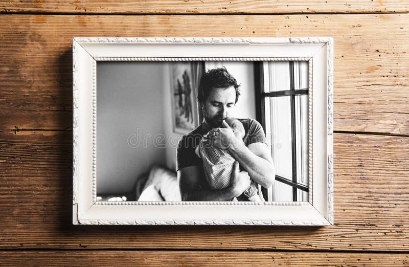 Bilden av faderinnehavet behandla som ett barn dottern Denna är mappen av formatet EPS10 arkivfoto