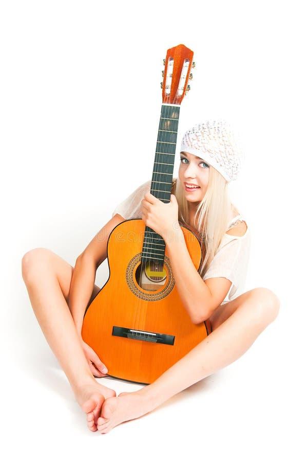 Bilden av flickan med en gitarr fotografering för bildbyråer
