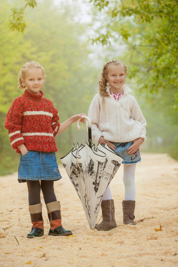 Bilden av gulliga unga flickvänner som in går, parkerar arkivbild