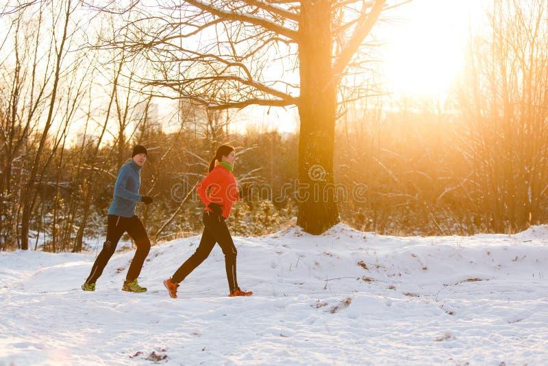 Bilden av idrottskvinnan och idrottsmannen på morgon joggar arkivfoto