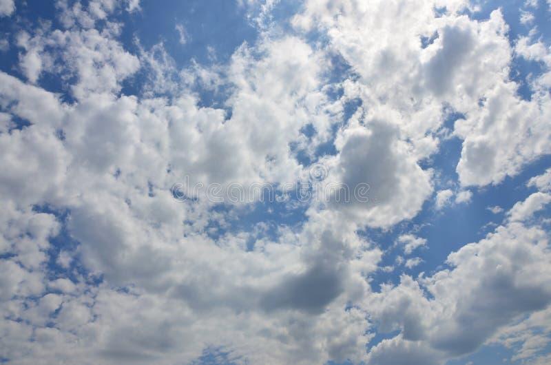Bilden av klar blå himmel och vit fördunklar på dagtid för bakgrundsusag royaltyfri bild