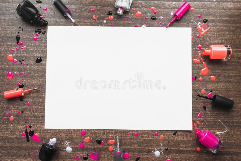 Bilden av modellen på träbakgrund med spikar polermedel Copyspace med olikt spikar polermedel Flatlay flickaktig glamorös bild arkivbilder