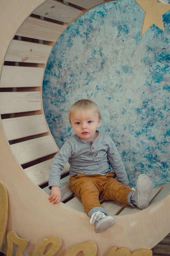 Bilden av sötsaken behandla som ett barn pojken arkivbild