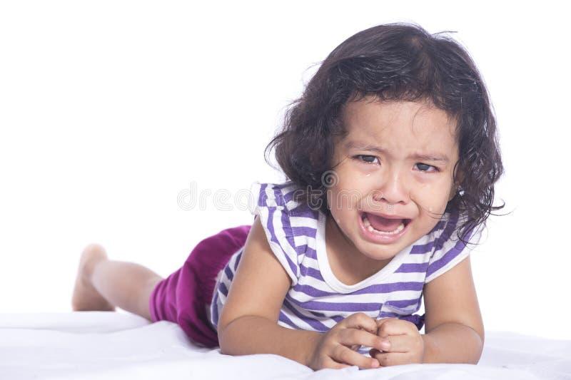 Bilden av småbarnet gråter hårt på vit bakgrund fotografering för bildbyråer