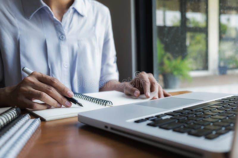 Bilden av teknik anmärker på bästa sikt för arbetsplats Konstruktion arkivbilder