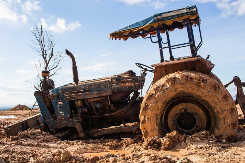 Bilden av traktoren i gyttjan arkivfoto