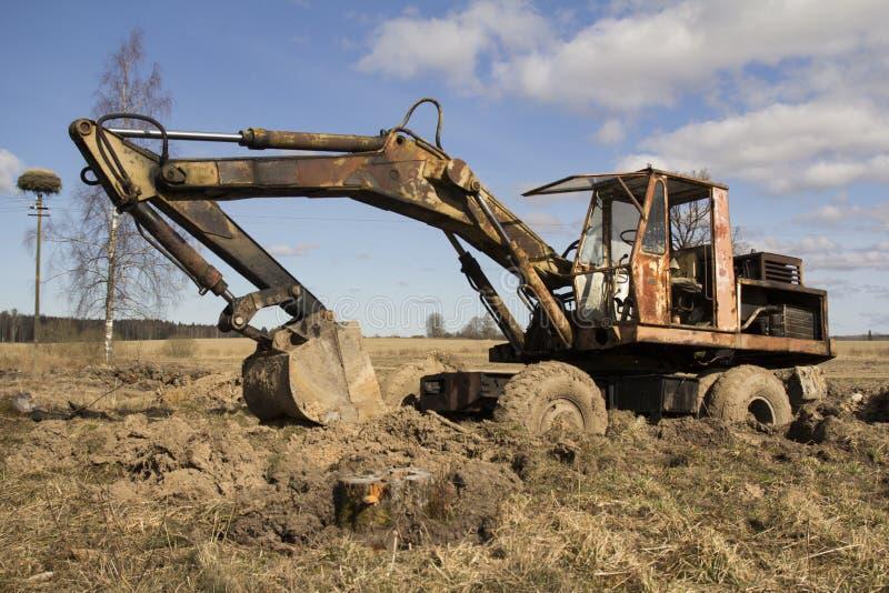 Bilden av traktoren i gyttjan royaltyfria foton