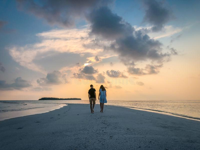 Bilden av två personer som är förälskade på solnedgången royaltyfri bild