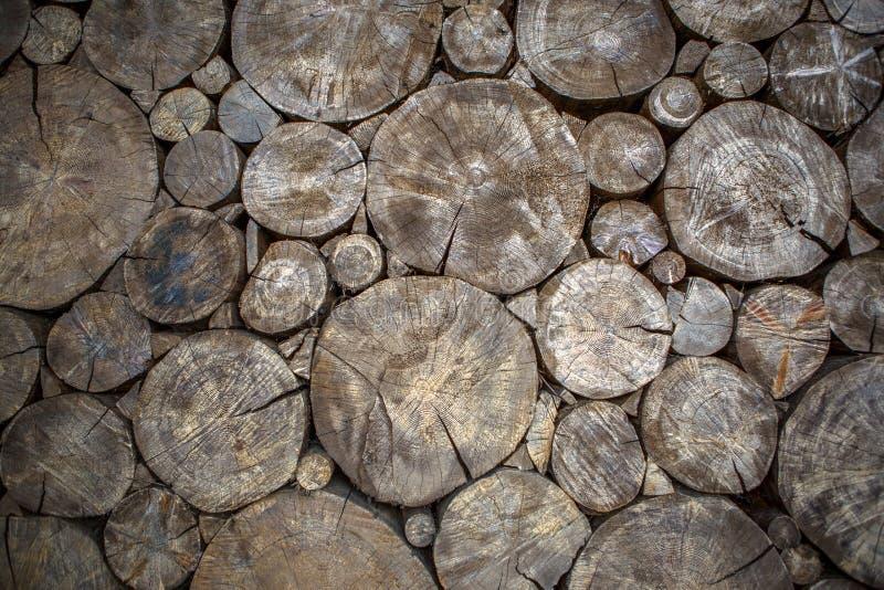 Bilden av väggen från sågad trärunda loggar arkivbild